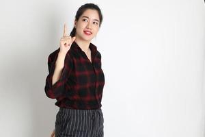 asiatisk kvinna på vit bakgrund foto