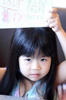 barn med konst foto
