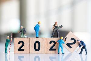 miniatyrarbetare skapar träblock nummer 2022 foto