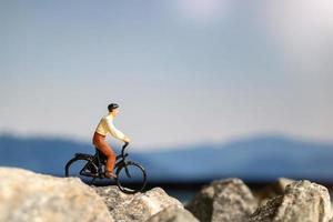 miniatyr människor resenär med cykling på berget foto