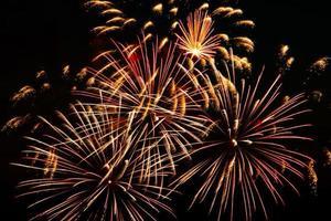 ljusfärgade fyrverkerier på en festlig natt. explosioner av färgad eld på himlen. foto