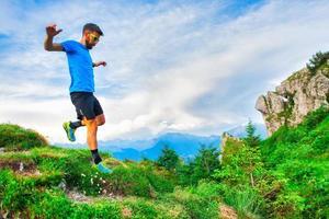 grönt berg natur lopp. en sportig man foto