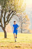 tävla i bergen en idrottsman tränar på hösten foto