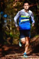 springer i höstens skog atletisk förberedelse för maraton foto