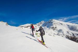 ett par kvinnor utövar skidåkning foto