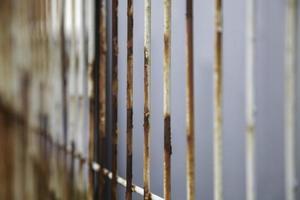 skyddande rostigt staket foto