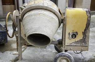 betongblandare på en byggarbetsplats foto