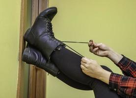 kvinna som binder sina stövlar foto