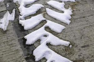 hjulmärken på snöig väg foto