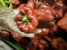 röd paprika i grönsakshandlare foto