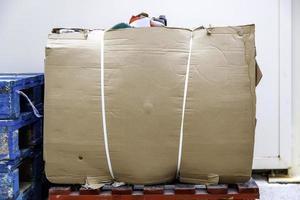 hög med kartong för att återvinna foto
