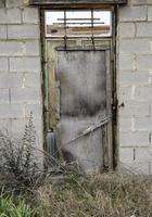 gammal rostig dörr foto