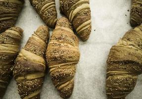fullkorns croissanter bakverk foto