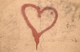 målat rött hjärta foto