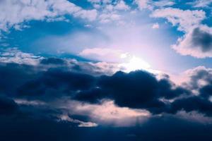 vackra kväll höga moln före stormen foto