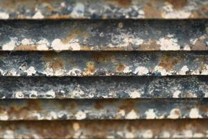 närbild av rostig metallgittervägg foto