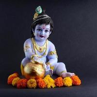 hinduisk gud krishna på mörk bakgrund foto