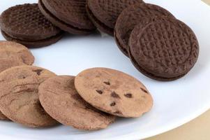 chokladchipkaka och gräddkaka i tallriken. foto