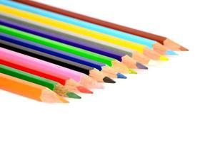 färgpennor isolerad på vit bakgrund på nära håll foto