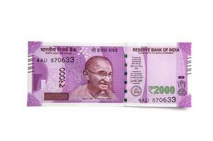 ny indisk valuta av 2000 rs. isolerad på vit bakgrund. publicerad 9 november 2016. foto