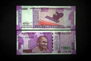 ny indisk valuta av 2000 rs på svart bakgrund. publicerad 9 november 2016. foto