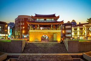 Fasadvy av Yinsi East Gate, aka Zhuqian Gate, i Hsinchu, Taiwan foto