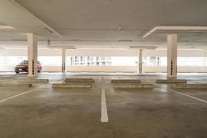 tom parkeringsplats eller garageinredning foto