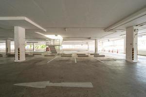 tom parkeringsplats eller garage foto