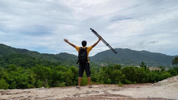 professionell manlig fotograf på högt berg tar en bild foto