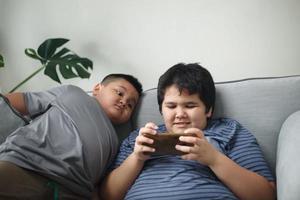 bror och syster spelar spel foto