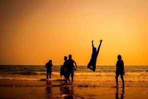 hoppa i solnedgången foto