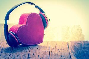 hjärta presentförpackning med hörlurar foto