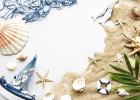 snäckskal på sand. resekoncept foto