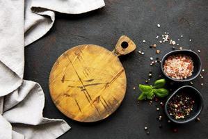 skärbräda och kryddor foto