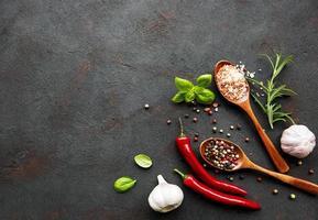 kryddor på en svart bakgrund foto