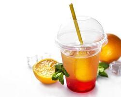 färsk cocktail med apelsin och is foto