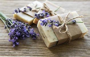 barer av handgjord tvål med lavendel foto