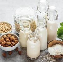 alternativa typer av vegansk mjölk i glasflaskor foto