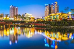 horisont av Taichung City nära lönnträdgården, Taiwan foto