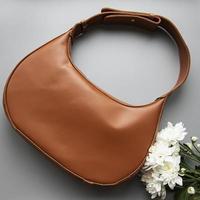 brun läderväska foto