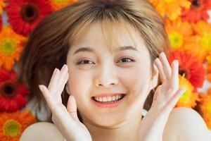 ung flicka som ligger på en blomma med ett lyckligt uttryck foto