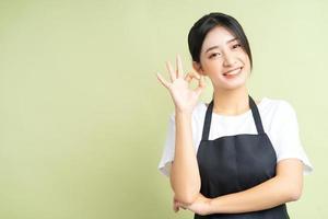 asiatisk servitris poserar ok händer foto