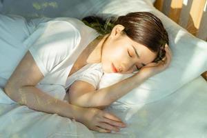 den vackra asiatiska kvinnan sov efter middagstid foto