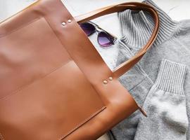 brun läder damväska foto