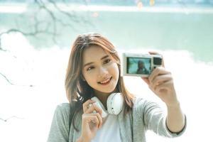 ung flicka tar selfiefoto under sin resa till Hanoi Hoan Kiem Lake foto