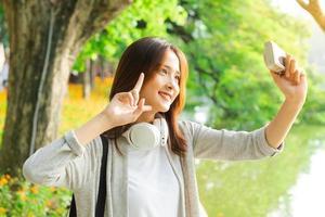 ung flicka som tar selfiefoto under sin resa till Hanoi foto