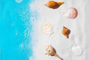 sommarbakgrund med sand och snäckskal foto