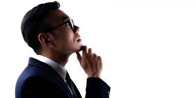 porträtt av asiatisk affärsman med armarna korsade med förtroende foto