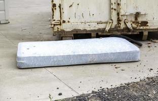 smutsig och övergiven madrass foto