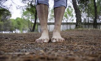 smutsiga fötter i skogen foto